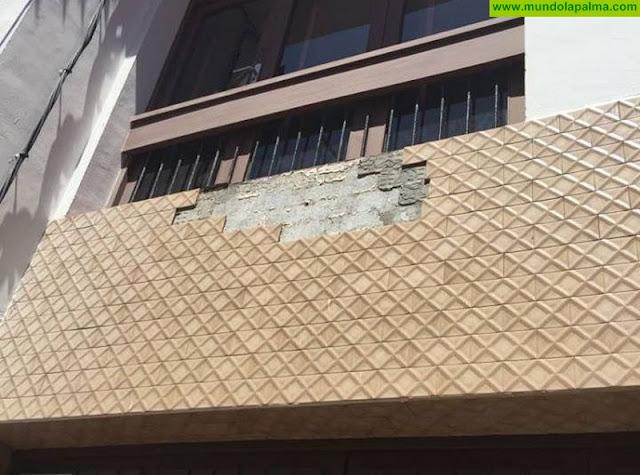 Los Bomberos retiran varios azulejos de una fachada en Santa Cruz de La Palma