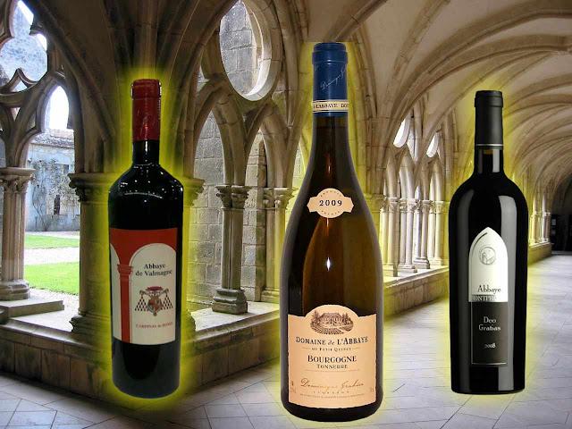 Abbaye de Valmagne, Coteaux du Languedoc; Domaine da abadia du Petit Quincy;  Corbières Deo Gratias, abadia de Corbières. Fundo: abadia na Aquitânia