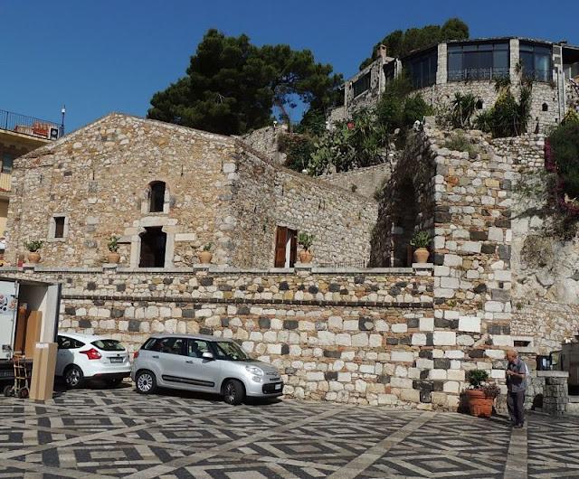 piazza principale di Castelmola: arco e chiesa di sant'antonino