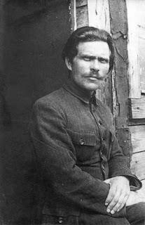 1921. Néstor Majnó en un campamento para desplazados en Rumania.