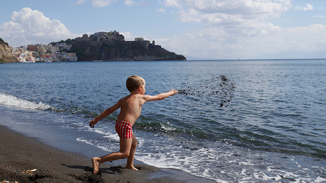 La spiaggia della Chiaia a Procida