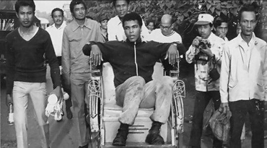 Juara dunia tinju, Muhammad Ali, menaiki becak di jalan Jakarta