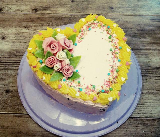 Truskawkowy torcik tort truskawkowy tort walentynkowy tort serce torcik w kształcie serca tort z frużelina truskawkowa tort budyniowy roze marcepanowe