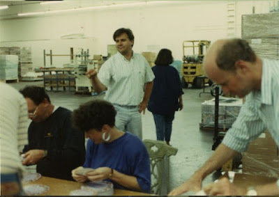 Ron Gilbert supervisando la preparación de envíos de Monkey Island