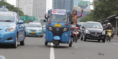 Karena Di anggap memalukan Kini Bajaj dilarang lewat jalan depan Istana Merdeka - Commando