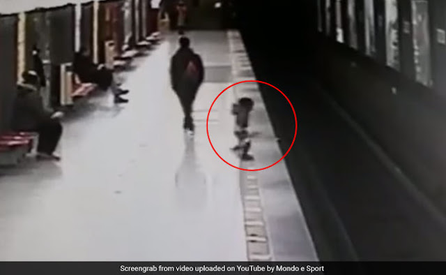 Before the arrival of the train, the child was caught in CCTV, on the wrong track of the dangerous video