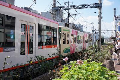 三ノ輪橋駅で縦列停車する7000形と8900形