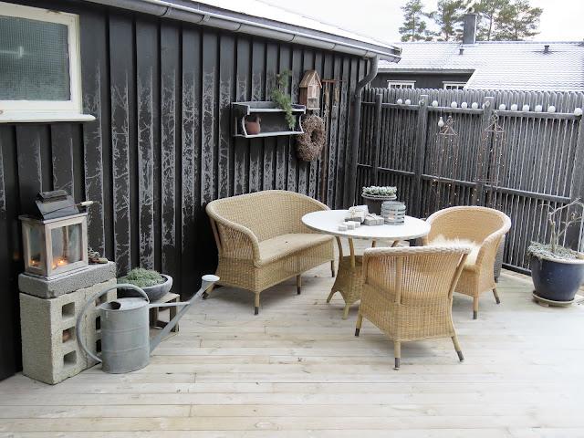 Lecablokker på terrassen, både praktisk og tøft. her sett i sammenheng med sittegruppen på ter4-min