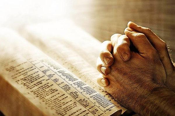 homem fazendo oração