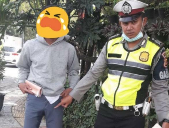 Remaja  Takut Sangat Bila Ditahan Polis Sampai Terkencing Dalam Seluar