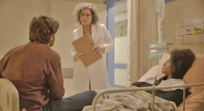 Danilo (Chay Suede) e Camila (Jéssica Ellen) ficam em choque com notícia de gravidez em 'Amor de Mãe' — Foto: Globo
