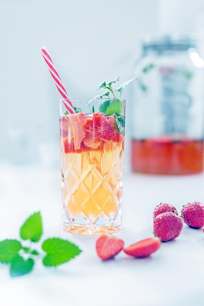 fruchtig spritziger erdbeer sekt cocktail mit minze fashion kitchen. Black Bedroom Furniture Sets. Home Design Ideas