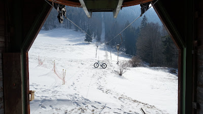 Blick aus dem Skilifthäuschen beim Bödeli