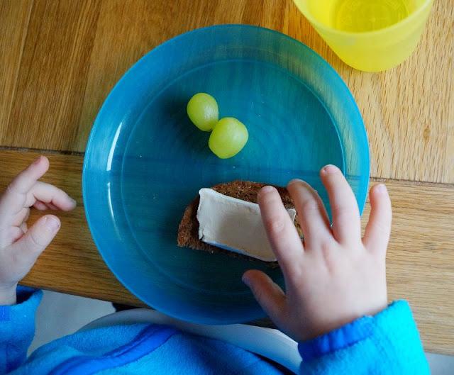 #Familienmoment Essen Familientisch Briekäse Brot Trauben
