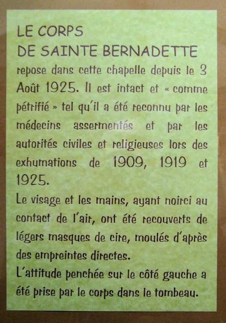 Nevers: placa explica o estado do corpo de Santa Bernadete