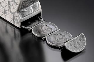 Escultura con monedas de centavos.