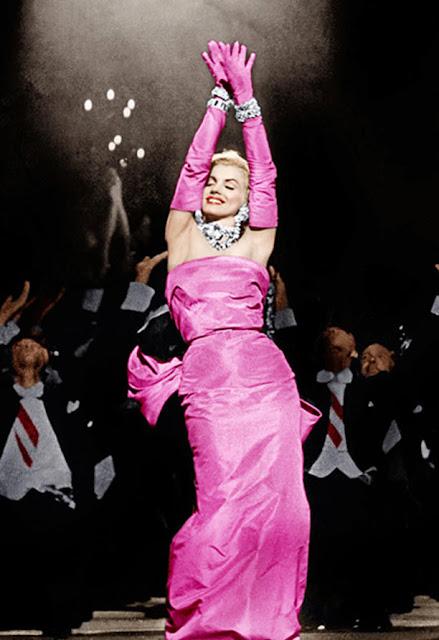 Marlyn Monroe vestido com luvas rosa tomara que caia
