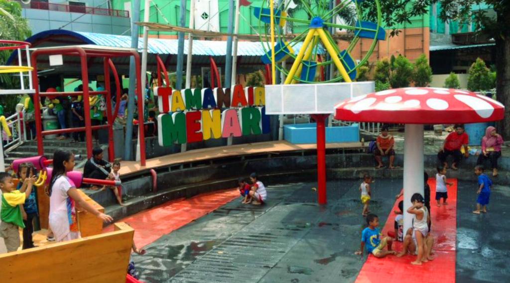 Zona playground merupakan zona awal yang akan wisatawan lalui ketika memasuki area taman pintar. Pada zona playground ini terdapat beberapa arena bermain yang menarik bagi anak-anak.Di Zona playground ini terdapat berbagai peralatan peraga yang dapat digunakan oleh anak-anak, seperti adanya air mancur yang menjadi salah satu wahana yang digemari oleh anak.Arena ini pun terhitung cukup aman bagi anak, karena lantai di arena beralaskan karpet