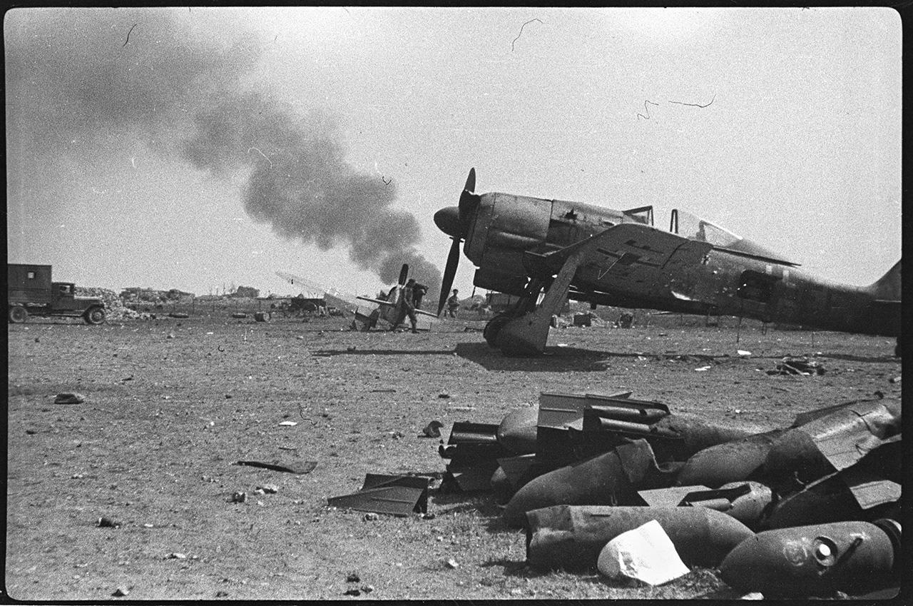 Разбитая немецкая техника на Херсонесском аэродроме, 13 мая 1944 года
