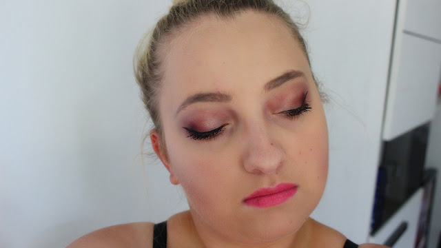 Brązowo-bordowe oczko + różowe usta z niedoskonałością..