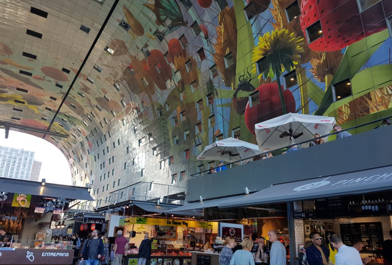 Techo del mercado Markthal en Rotterdam. Market Hall en Roterdam. La Capilla Sixtina de Rotterdam