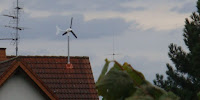 An old-style wind turbine on the roof of a house. (Image Credit: Andol via Wikimedia Commons) Click to Enlarge.