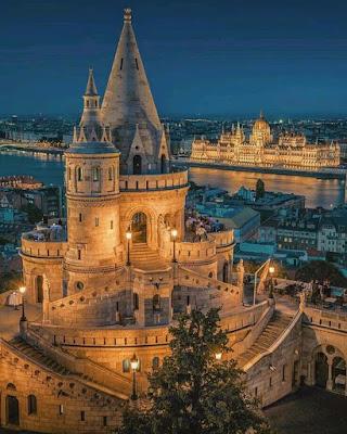 Monument qui ressemble à un chateau de conte de fées, de nuit