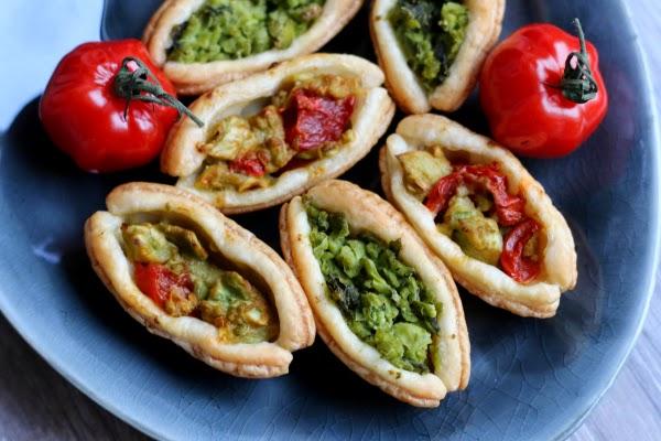 Party-Häppchen, Fleurcoquet, Blätterteig, Pesto, Avocado-Walnuss-Creme, Tomaten-Ziegenkäse-Creme, Erbsen-Minz-Creme
