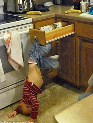Kind spielt in der Küche und bleibt an Schublade hängen - Missgeschick lustig