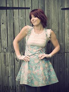 jupe salopette bretelles créateur bleu coton fleurs