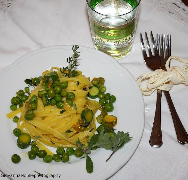 Tagliatelle con ragù di verdure primaverili