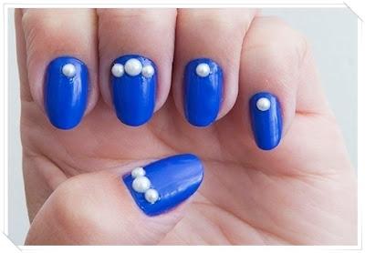 Esmalte azul e pérolas