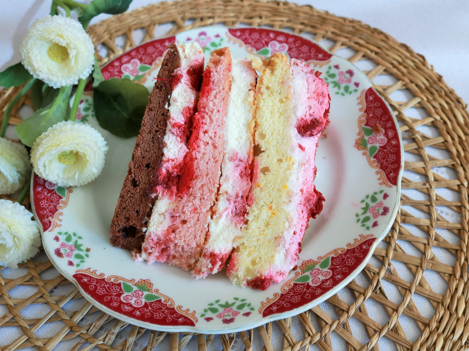 tort z malinami i śmietaną