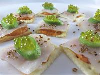 Pate de pimiento asado casero con bacalao ahumado, pepino, sobre Caviaroli con albahaca
