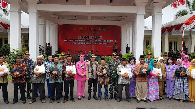 Panglima TNI Serahkan Ribuan Paket Sembako di Pamekasan