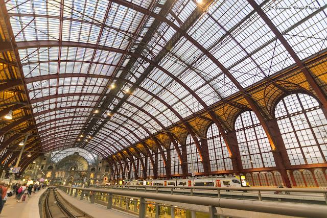 Andenes y Bovéda de hierro y cristal de la Estación Central de Amberes por El Guisante Verde Project