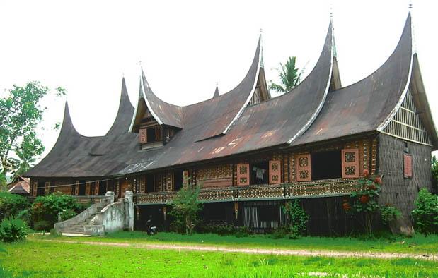 Sumatera Barat merupakan salah satu provinsi di Indonesia yang letaknya di tengah Pulau S Rumah Adat Sumatera Barat (Rumah Gadang), Gambar, dan Penjelasannya