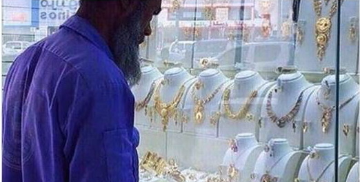 Sempat Dihina Di Medsos, Petugas Kebersihan Yang Menatap Toko Emas Ini Malah Ketiban Rezeki