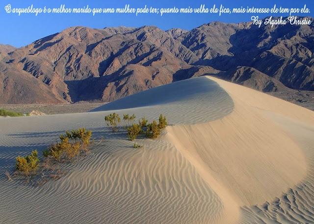 Foto de Paisagem com deserto e montanhas