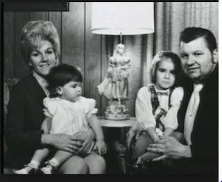 Photo de John Wayne Gacy, sa 1ère femme Marlynn Myers, et leurs 2 enfants