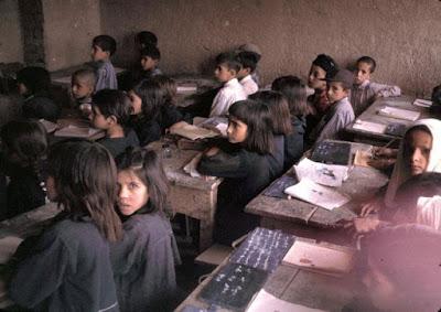 suasana belajar mengajar siswa Sekolah Dasar pada tahun 1960-an di Afghanistan