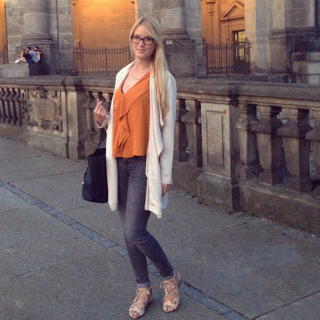 TheBlondeLion Look Outfitoftheday Berlin Traveldiary Reisebericht http://www.theblondelion.com/2015/08/look-pop-of-orange-museumsinsel-berlin.html