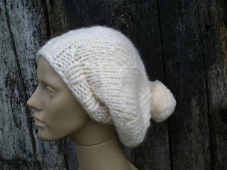 manequim com um gorro tricotado em lã de ovelha