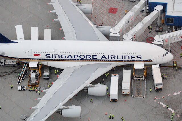 Airbus A380'e Sydney Havalimanında kargo, gıda ve yolcu yüklemesi yapılıyor...