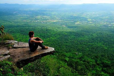 melihat pemandangan indah diatas bukit
