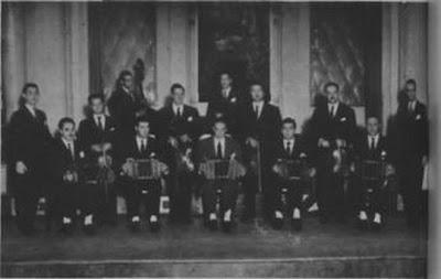 Héctor Várela y su Orquesta en el cabaret Chantecler, con Hugo Baralis (primer violín), César Zagnoli (piano) y Rodolfo Lezica y Armando Laborde (vocalistas)