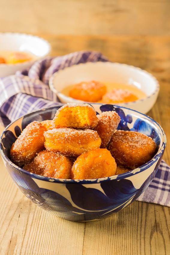 Buñuelos de calabaza y naranja sobre natillas de horchata #singluten #sinlactosa