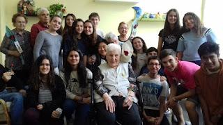Grup de alumnes amb usuaris d'Aviparc