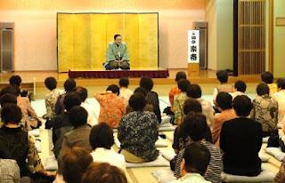 講演会講師・三遊亭楽春の笑いと健康の落語講演会の風景。