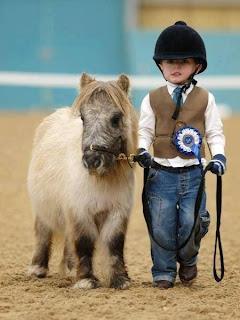 Pequeño niño y su pony